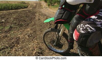 garçon, sien, motocross, vélo saleté, regarde, loin, cavalier