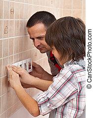 garçon, sien, mur, père, rencontre, portion, électrique, installer, devant, panneau