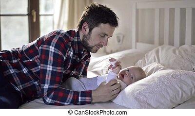 garçon, sien, père, lit, bébé, mensonge