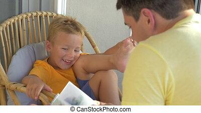 garçon, sien, père, livre, écoute, sourire, lecture