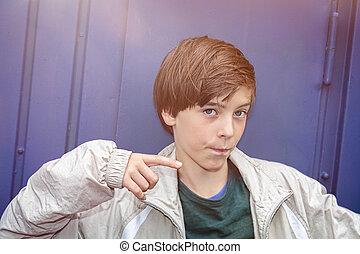 garçon, sien, pointage, adolescent, doigt, frais