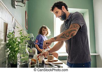 garçon, sien, regarder, faire, père, jeune, leur, sandwichs, cuisine