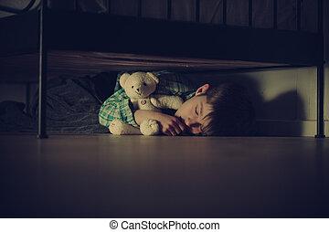 garçon, sien, teddy, effrayé, lit, dormir, ours, sous