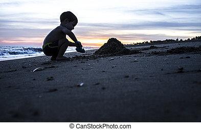 garçon, silhouette, magnifique, bébé, pendant, plage, jouer, levers de soleil