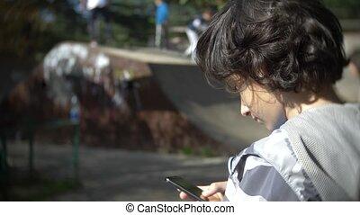 garçon, smartphone, mobile, 4k, enfants, mouvement, téléphone, quoique, lent, rest., avoir, seul, utilisation, outdoors., autre, actif, addiction.