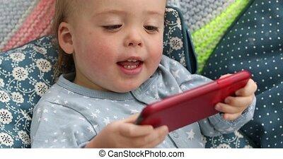 garçon, smartphone, vidéo regardant, enfant, bébé