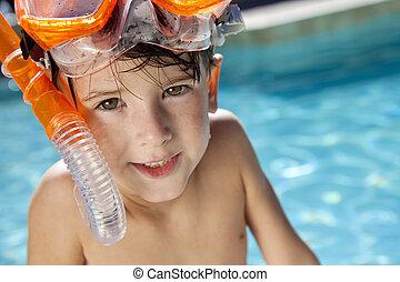 garçon, snorkel, lunettes protectrices, heureux, piscine, natation