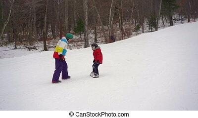 garçon, snowboard, peu, cavalcade, snowboard., homme, tiches, jeune, comment, coup, slowmotion, instructeur, activités, hiver, concept.