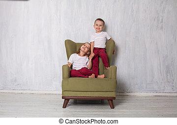 garçon, soeur, salle, asseoir, frère, divan, vert, girl