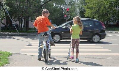 garçon, soeur, sien, vélo, stands, scooter, passage clouté, assied