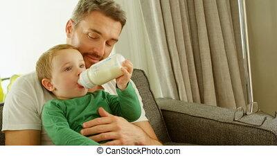 garçon, sofa, pères, 4k, boire, recouvrement, lait