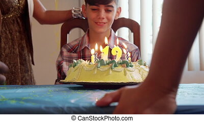 garçon, souffler, bougies, gâteau anniversaire, fête, latino, heureux