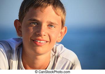 garçon, sourire, adolescent, mer, contre