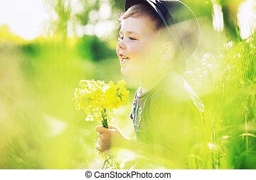 garçon, sourire, fleurs, tenue, jaune