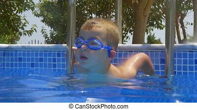 garçon, sourire, lunettes protectrices, piscine, natation
