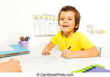 garçon, sourire, papier, dessine, crayon