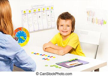garçon, sourire, pièces, ordre, coloré