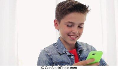 garçon, sourire, smartphone, maison heureuse