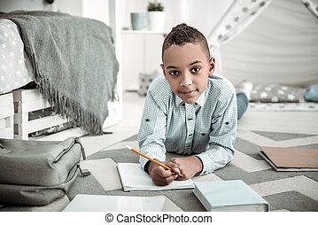 garçon, sur, tâche, pensée, jeune, sérieux