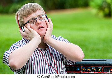 garçon, tête, phones., handicapé, musique, apprécier