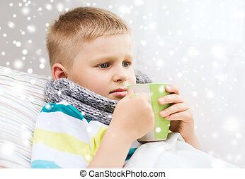 garçon, tasse, malade, grippe, lit, maison, boire