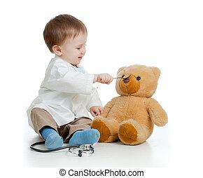 garçon, teddy, sur, docteur, ours, spoon-feeding, blanc, adorable, vêtements