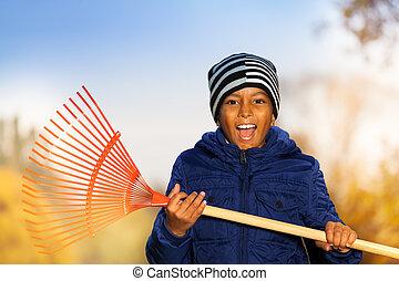 garçon, tient, râteau, émotions, africaine, sourire, rouges