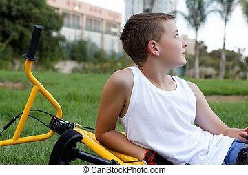 garçon, vélo, dehors