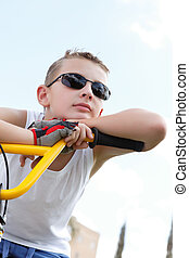 garçon, vélo, lunettes