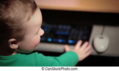 garçon, vieux, deux, année, keyboard., jouer