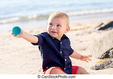 garçon, vieux, une, année, bébé, plage, jouer