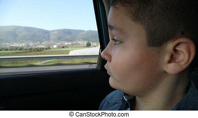 garçon, voiture, jeune regarder, fenêtre, dehors