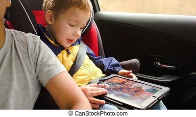 garçon, voiture, voyage, coussin jeu, pendant, jouer, heureux
