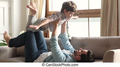 garçon, voler, jouer, enfant préscolaire, pères, avion, jeu...