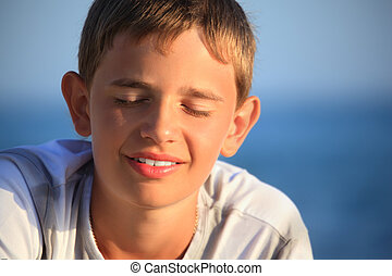 garçon, yeux, contre, adolescent, fermé, mer, sourire
