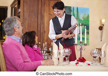 garçonete, e, convidados, em, restaurante
