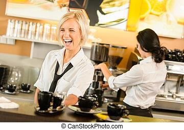garçonete, servindo, xícaras café, fazer, espresso, mulher