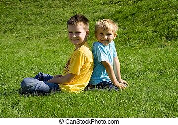 garçons, dans, herbe