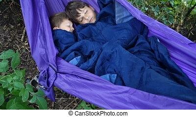 garçons, hamac, deux, ensemble, dormir