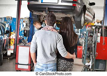 garage, couple, jeune, vue postérieure