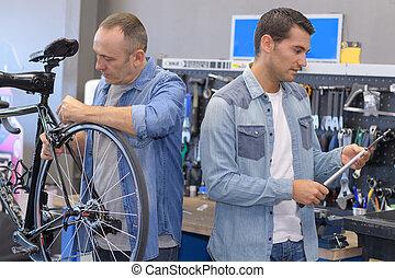 garantía, trabajador, de, un, branded, bicicleta