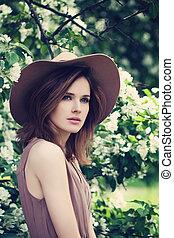 garden., かわいい, 女, 美しさ, ブラウン, 健康, 春, 毛, 美しい, 背景, 皮膚, モデル, 花, 女の子