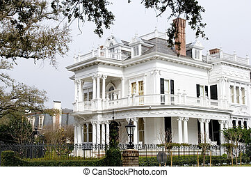 Garden district - White mansion in traditional style in New...