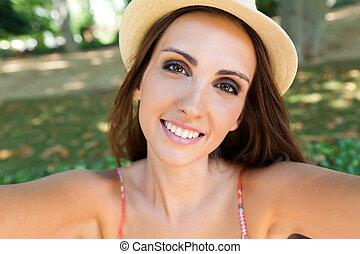 garden., ella, toma, joven, selfies, teléfono, niña bonita, ...
