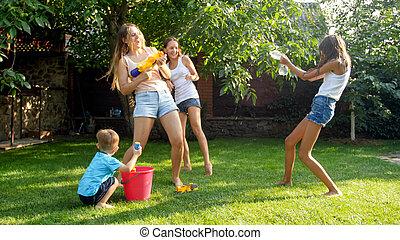 garden., glad, trädgård, familj, folk, avbild, leka, vatten, plaska, bakgård, vapen, hose., lycklig