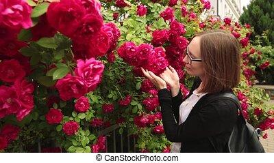 garden., jeune, roses, sentir, lunettes, femmes