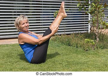 garden., mulher, exercitar, loura, sênior, sorrindo