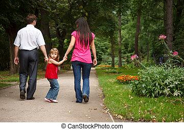 garden., verão, pequeno, segura, junto, pais, vermelho, passeios, menina, vestido, hands.