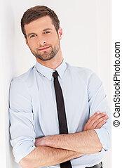 garder, chemise, mur, jeune, bras, regarder, cravate, pensif, appareil photo, traversé, penchant, businessman., homme, quoique, beau