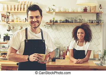 garder, serveur, café, verre, savoureux, mains